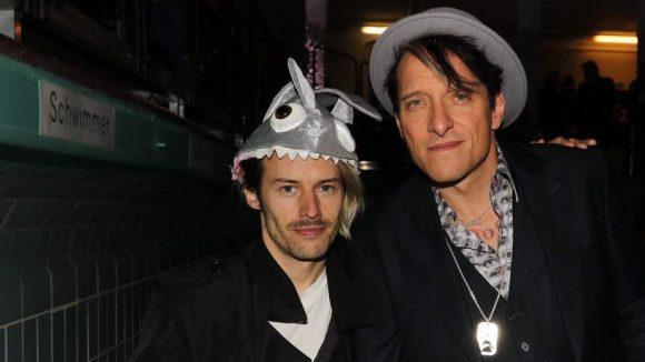 Trash sells: Auch gestandene Musiker wie Bela B (r.) und Tobias Jundt von Bonaparte waren bei der Premiere.