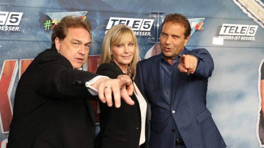 """Zur Premiere von """"Sharknado 3"""" nahmen Oliver Kalkofe (l.) und Peter Rütten von Tele 5 den Stargast Bo Derek in die Mitte."""