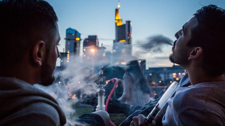 Können wir bald nur noch privat unter freiem Himmel Shisha rauchen? Ein Aroma-Verbot würde Shisha-Bars hart treffen.