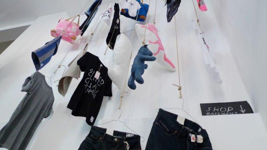 Witzige Idee: Jeans, T-Shirts, Taschen baumeln von der Decke.