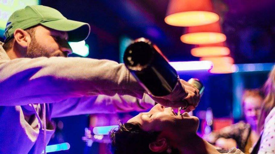 """In Berlins erster Shot-Bar """"Shorty"""" kann dein Kopf schon mal verkehrt rum auf der Theke landen."""