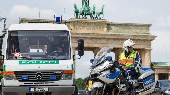 Sicherheitsvorkehrungen für Obama-Besuch in Berlin: Polizisten stehen am Donnerstag vor dem Brandenburger Tor in Berlin. Für den Besuch gilt die höchste Sicherheitsstufe 1+, bei der auch Teile der Innenstadt abgeriegelt werden.