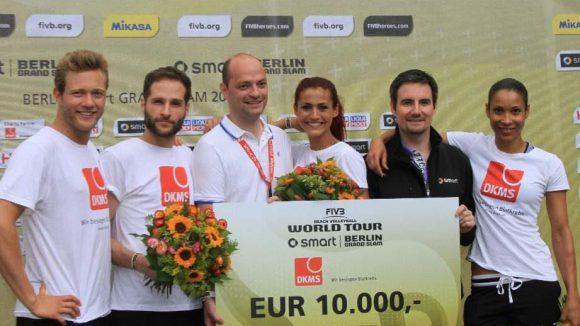 Siegerehrung: Kamphuis, Schauspieler Lee Rychter, Sieger Daniel Nolte, Erdmann, Jon Püschel von smart und Mandeng (v.l.). Für die DKMS kam ein Scheck in Höhe von 10.000 Euro an Spendengeldern zusammen.