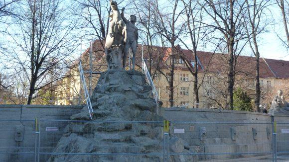 Die Siegfriedstatue am Weinbrunnen auf dem Rüdi.