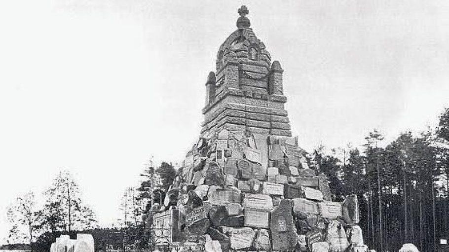 Sieht ein bisschen aus wie das Völkerschlachtdenkmal: das Sportdenkmal am Ufer der Dahme (hier einFoto von 1900).