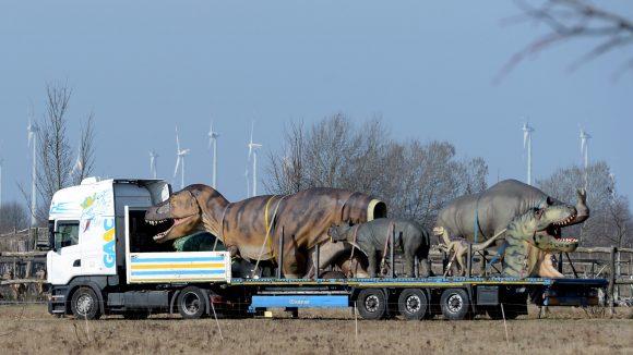 Schon am 23. März wurden die urzeitlichen Riesen per LKW in den Park transportiert.