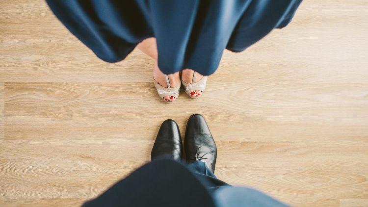 Silberne Tanzschuhe und blaues Kleid Paar Symbol für Tanzschulen Berlin