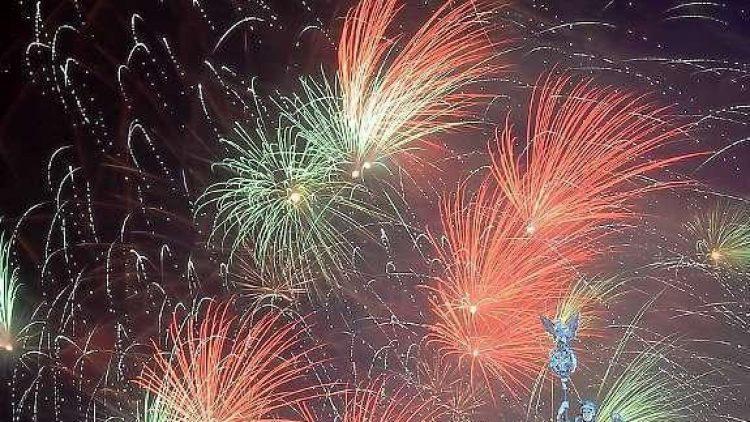 Ein Feuerwerk hinter der Quadriga wird es am Jahreswechsel zu 2015 mit Sicherheit auch geben - wie hier im letzten Jahr.