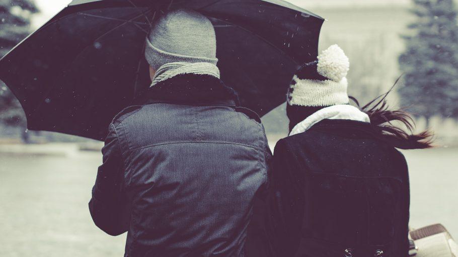 Telt gerade nur mit einem Mann Bett und Regenschirm: Mascha auf Kuschelkurs.