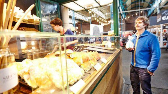 """Schon länger dabei und stadtbekannt ist die Bäckerei Sironi. Heute gibt es Bernd's Lieblingssnack: """"Focaccia di Recco"""", eine dünne Teig-Spezialität mit jeder Menge Frischkäse. Molto bene!"""