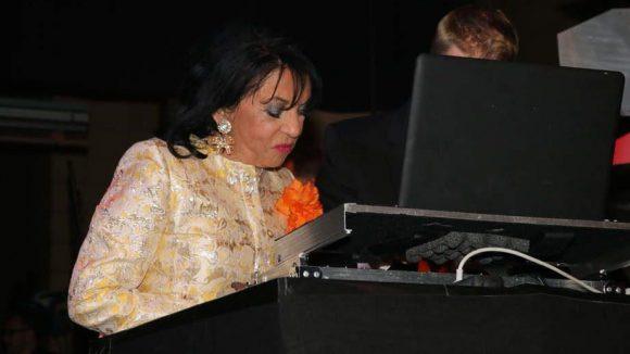 Gattin Regine Sixt versuchte sich derweil als DJ.