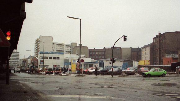 Skalitzer Straße Ecke Mariannenstraße in Kreuzberg, 1991. Blick Richtung Kottbusser Tor. Links die Hochbahntrasse der U-Bahn-Linie 1. Im Hintergrund das Neue Kreuzberger Zentrum (NKZ).