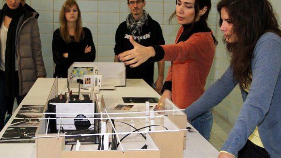 Studierende der Technischen Universität präsentieren ihre Entwürfe.