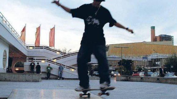 Immer an der Kante. Die Freiflächen vor der Philharmonie und dem Kulturforum am Potsdamer Platz sind bei den Skatern besonders beliebt.