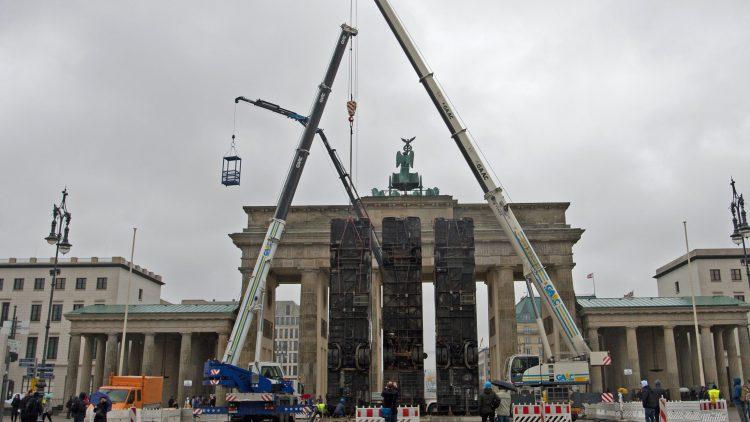 Das Werk «Monument» des Deutsch-Syrers Halbouni soll an drei im syrischen Aleppo zum Schutz vor Heckenschützen aufgestellte Busse erinnern und ist Teil des 3. Berliner Herbstsalons.