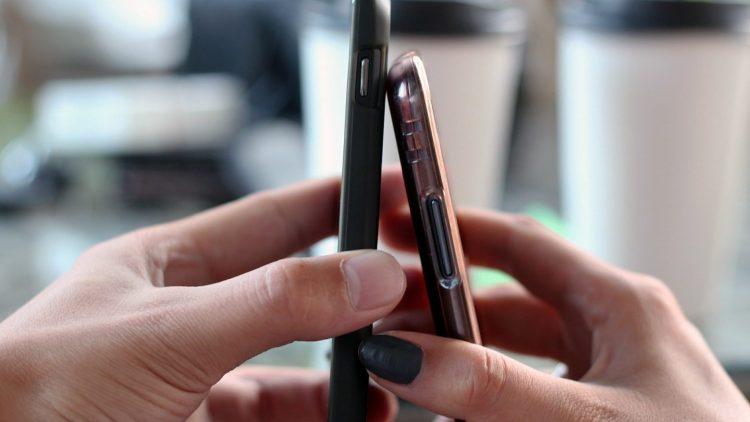 """Nur, wenn sich beide mögen, wird bei Tinder """"gematcht"""". Und dann wird gechattet, gekuschelt und mehr - du und dein Match, nicht nur eure Smartphones natürlich!"""