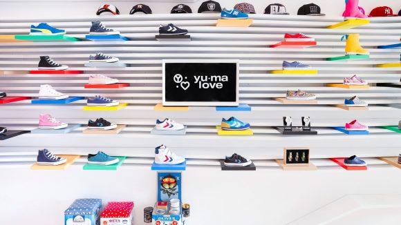 Jetzt läuft's in Sachen Style auch bei den Kleinen. Bunte Sneaker und Caps gibt es im ersten Berliner Sneakershop nur für Kinder.