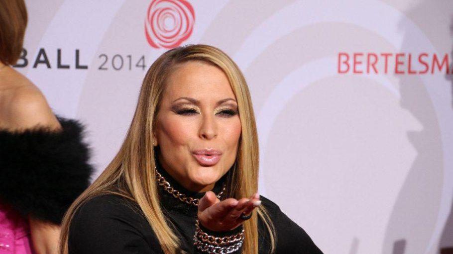 Küsschen für ihre Fans: Die US-Sängerin Anastacia, selbst an Brustkrebs erkrankt, sorgte später am Abend auf der Bühne für Stimmung.