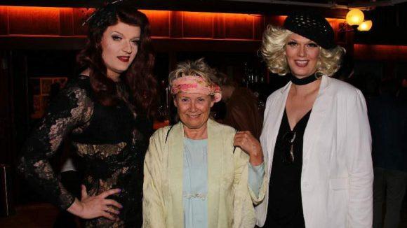 Die Sängerin Gitte Hænning mit Drag Queen Sheila Wolf (l.) und Ilonka Petruschka (r.).