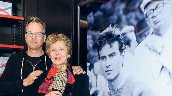 """Er war ein Berliner. Horst Buchholz als Fan-Puppe in der Hand seiner Witwe Myriam Buchholz-Bru (daneben Sohn Christopher) sowie auf dem Foto im Hintergrund mit """"Eins, zwei,drei""""-Regisseur Billy Wilder."""