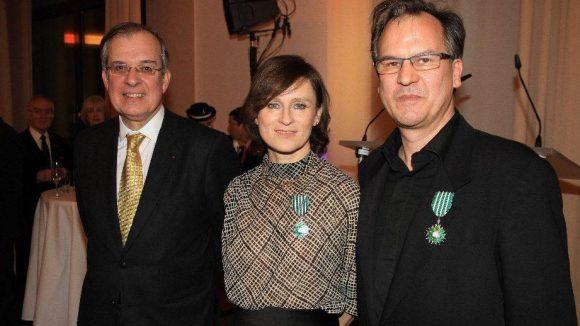 Der zweite Ausgezeichnete war Christopher Buchholz (r.), Schauspieler und Leiter der Französischen Filmtage Tübingen-Stuttgart. Rois und Buchholz sind nun also Ritter der Ehrenlegion. Links neben ihnen: der Botschafter.