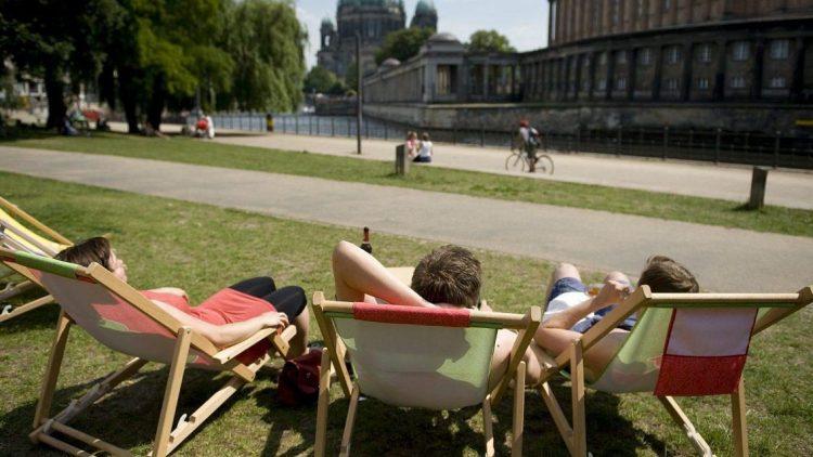 Sommer, Sonne, Berlin: Im Liegestuhl entspannen ist einfach nur schön.