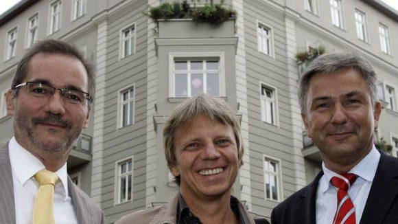 """Klaus Wowereit (SPD, r.) und Brandenburgs Ministerpräsident Matthias Platzeck (SPD, l.) stehen 2006 mit Regisseur Andreas Dresen vor dem Haus am Helmholtzplatz, das Schauplatz seines Kinoerfolgs """"Sommer vorm Balkon"""" war."""