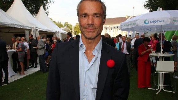 Hannes Jaenicke ist ein gesellschaftlich engagierter Schauspieler. Beim Sommerfest unterstützte er die Humorstiftung von Arzt und Comedian Eckart von Hirschausen.