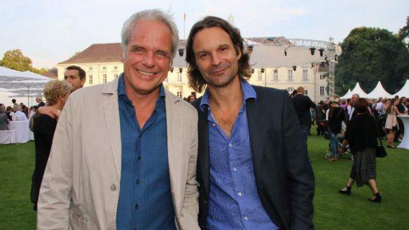 Schriftsteller Moritz Rinke (r.) im Garten des Schlosses Bellevue neben Dokumentarfilmer und Produzent Thomas Kufus.