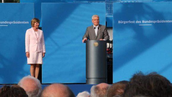 Vergleichsweise seriös ging es vor Schloss Bellevue zu: Bundespräsident Joachim Gauck und seine Lebensgefährtin Daniela Schadt begrüßten die Gäste des jährlichen Sommerfests.
