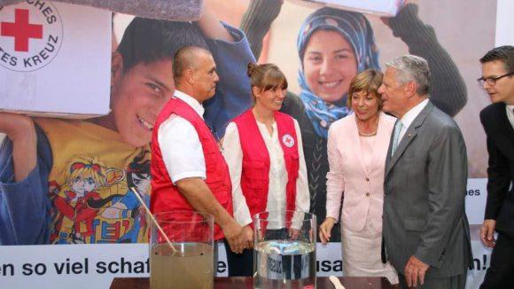 Hier informiert sich der Bundespräsident über Hilfsangebote des Deutschen Roten Kreuzes - wie Wasserdesinfizierung in Krisengebieten.