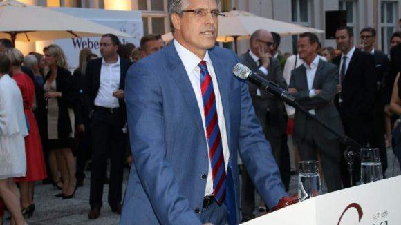 Auktionator Andreas Fabian von BCA leitete die große Charity-Autoaktion.