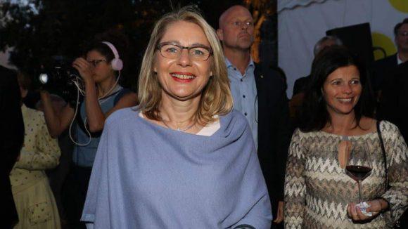 Allzu warm war es am Samstagabend nicht, doch davon lässt sich Wirtschaftssenatorin Cornelia Yzer (CDU) nicht die Laune verderben.