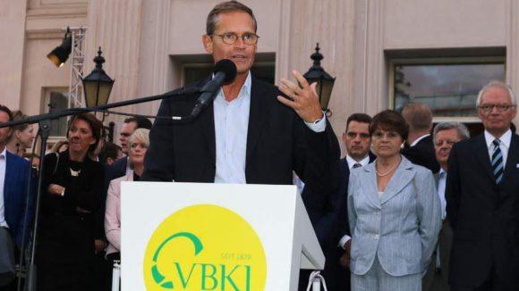 Der Regierende Bürgermeister Michael Müller (SPD) wendet sich beim Sommerfest der Wirtschaft des Vereins Berliner Kaufleute und Industrieller (VBKI) mit einem Grußwort an die Gäste.