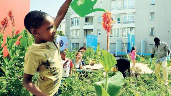 In der Naunynsrtraße packen alle mit an, um den neuen Garten zu bewirtschaften.So auch Familie Ugbogbo.