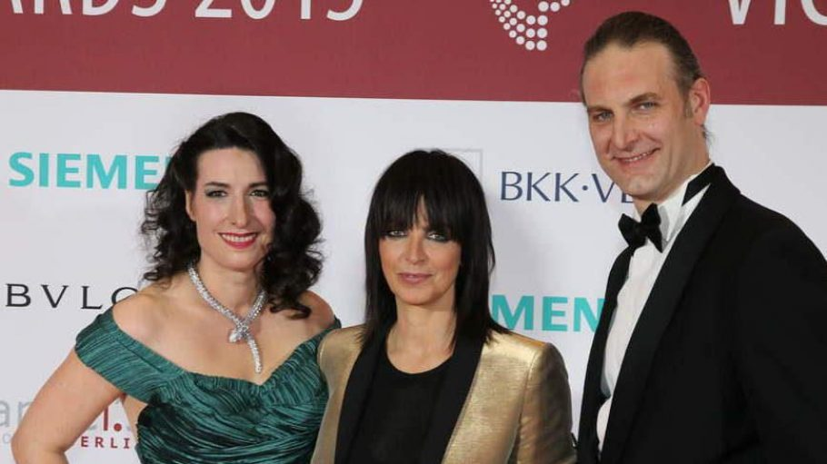 Sängerin Nena (Mitte) wurde mit dem Victress Music Award ausgezeichnet. Hier ist sie mit Sonja Fusati, der Vorsitzenden der Victress Initiative und deren Mann Sandro Fustai zu sehen.