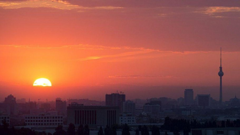 Bei uns gibts den Sonnenaufgang über Berlin ohne jede Gefahr zu sehen.