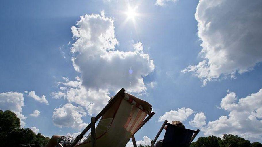 Wenn das Wetter mitspielt, kann man in den vielen Parks der Hauptstadt in der Sonne baden. Und auch sonst kann man in den Ferien so einiges in Berlin erleben.