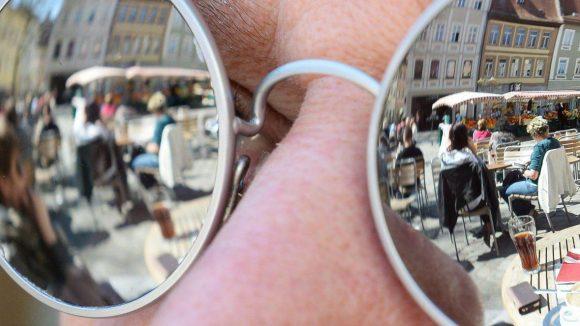Die Sonnenbrille: Stylisch und extravagant wollen wir mit diesem modischen Accessoire der Sonne entgegen blicken.