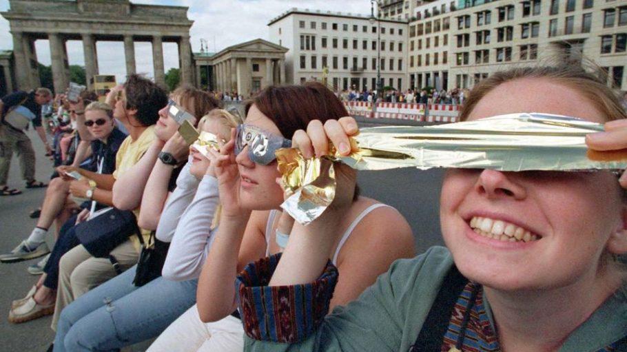 Berlin im Sonnen-Finsternis-Fieber. Das nächste Mal wird es das erst im Jahr 2026 zu sehen geben.