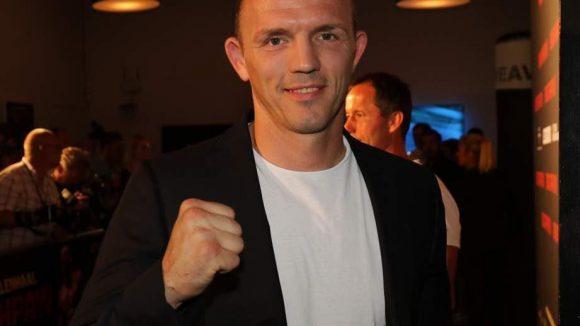 Er war aber nicht der einzige prominente Boxer bei der Boxfilm-Premiere: Hier ballt Weltmeister Jürgen Brähmer die Faust ...
