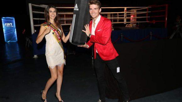 Boxen und Models gehören ja auch irgendwie zusammen: Miss Berlin Klaudia Kujouharova und Jeremy Williams am Ring.