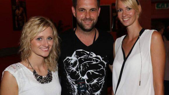 Moderator der Veranstaltung war Matthias Killing, hier mit den Nummerngirls Laura (l.) und Steffi.
