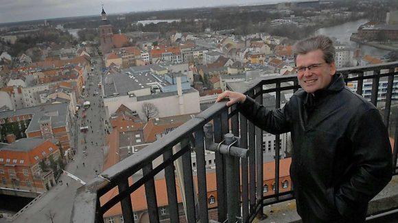 Links die Altstadt, rechts Havel/Spree-Mündung und ganz oben der Bürgermeister: Helmut Kleebank auf dem 80 Meter hohen Rathaus.