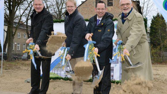 Beim Spatenstich waren anwesend: degewo-Vorstandsmitglied Christoph Beck (links), Staatssekretär für Bauen und Wohnen Ephraim Gothe (2. von links), Bezirksbürgermeister Oliver Igel (2. von rechts), degewo-Vorstandsmitglied Frank Bielka (rechts).