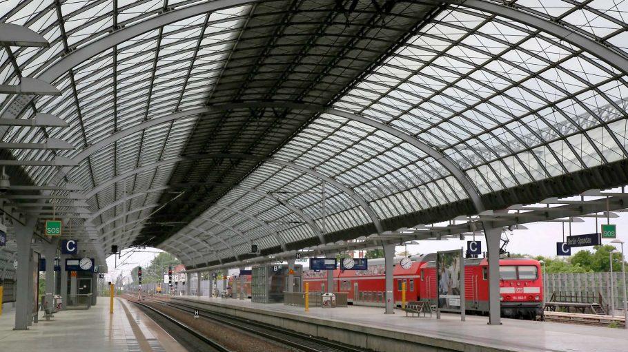 Das imposante Dach - übrigens auch längstes Bahnhofsdach Deutschlands - des ICE-Bahnhofs in Spandau trägt die Handschrift der Architekten von gmp - die auch schon den neuen Großflughafen, den Flughafen Tegel und das Olympiastadion entworfen haben.