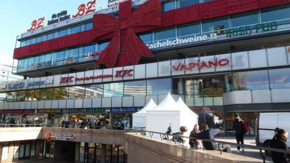 Das Europa Center hat insgesamt zehn Ein- und Ausgänge. Hier ist einer von ihnen. Auch von außen kann man sich schon eine guten Überblick verschaffen, was es für Läden gibt.
