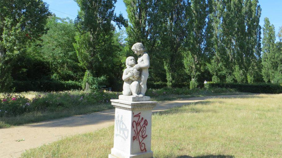 Der Bernkastler Platz liegt nicht weit entfernt vom S-Bahnhof Lankwitz und ist eine der grünen Oasen im Kiez. Angelegt wurde er schon 1910. Für mehr Bilder aus Lankwitz - klick' dich durch!