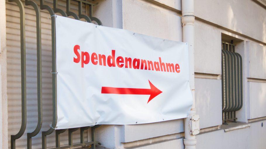 Aus dem ehemaligen Rathaus Wilmersdorf wurde im Sommer eine Notunterkunft für Flüchtlinge. Hier werden auch Sachspenden entgegengenommen.
