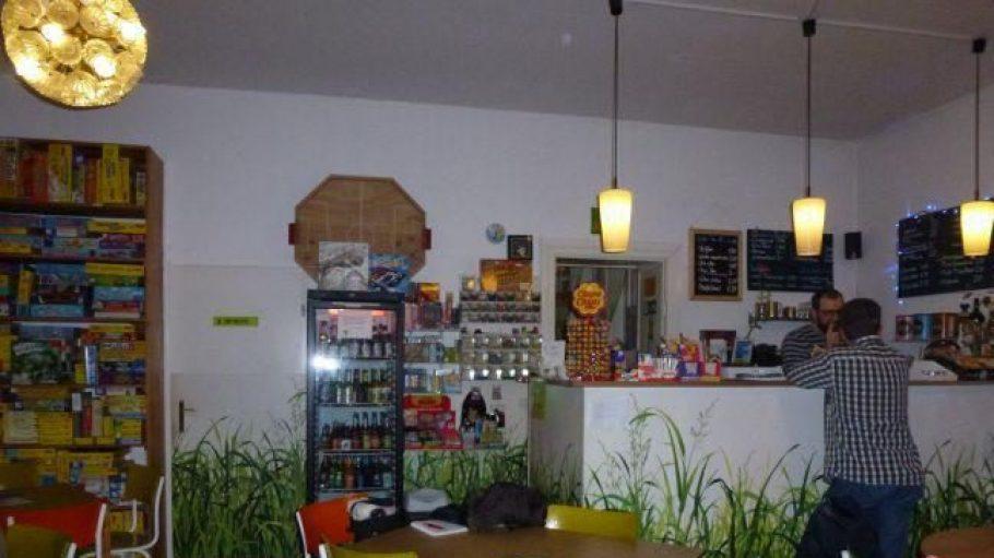 In der Spielwiese kann man beim gemeinsamen Spielen Kaffee trinken oder sich eine Waffel mit Kirschen bestellen.